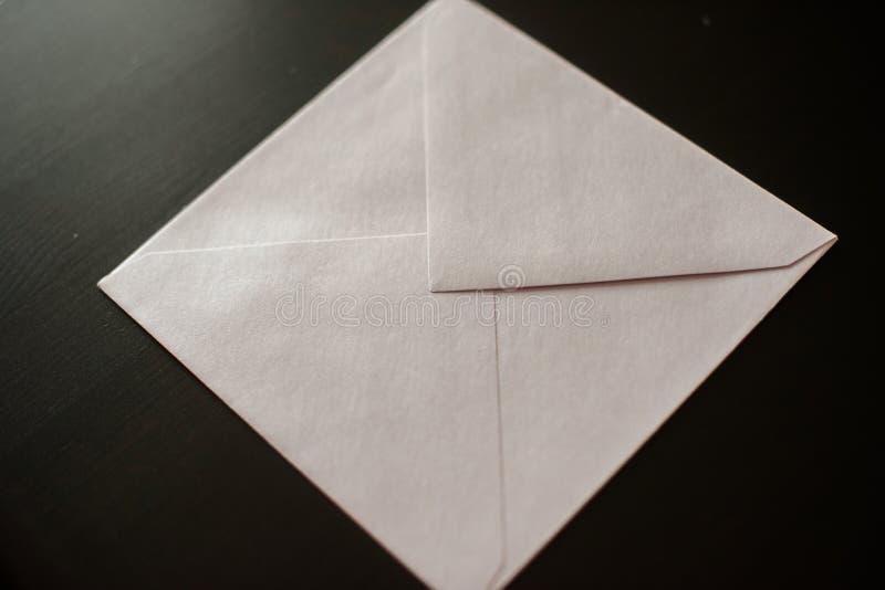 Busta della lettera su fondo nero Modello per la vostra progettazione fotografie stock