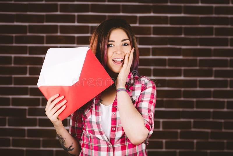 Busta della tenuta della donna di sorpresa immagini stock