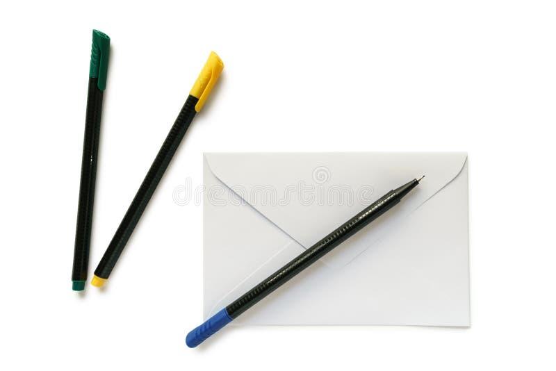 Busta e penne bianche della lettera fotografie stock libere da diritti