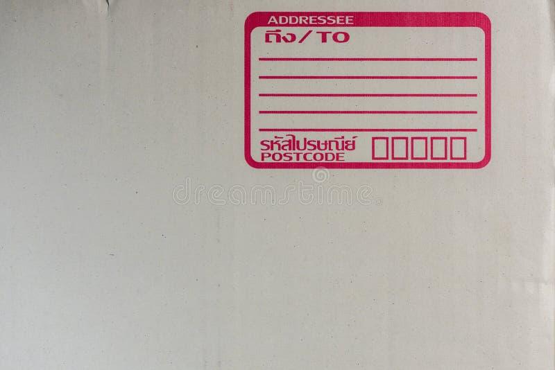 Busta e scatola per l'imballaggio con il trasporto dall'ufficio postale fotografie stock