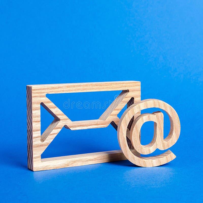 Busta e simbolo di posta elettronica su sfondo blu Indirizzo di posta elettronica del concetto Tecnologie Internet e contatti per fotografie stock