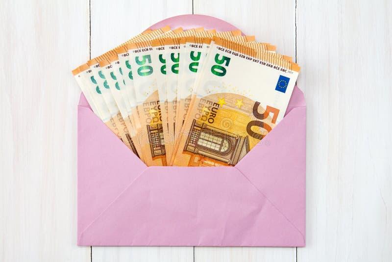 Busta rosa con le euro fatture fotografie stock libere da diritti