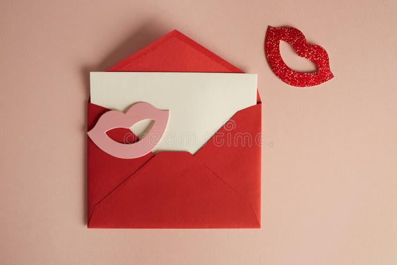Busta rossa del modello e foglio bianco bianco sullo scrittorio rosa vuoto di colore Fondo vuoto del modello di affari per il mes immagine stock