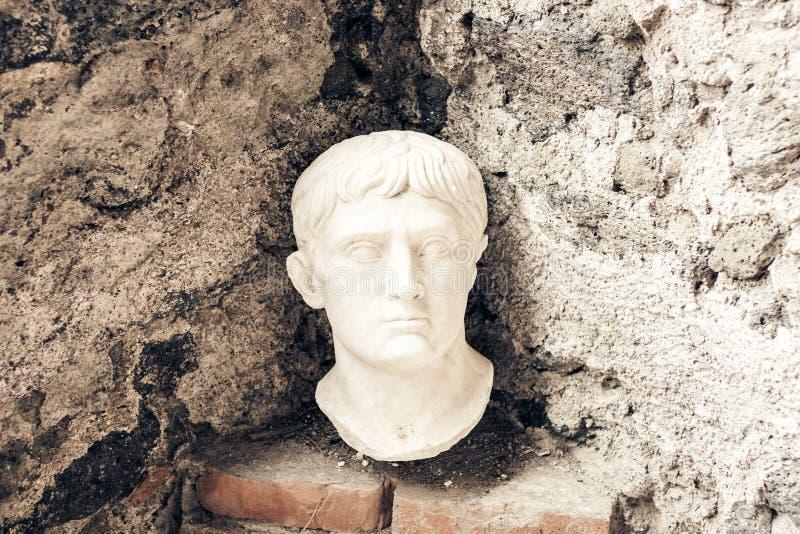 Buste d'Octavian August, fragment d'une statue dans un mus?e Castello Normanno Museo Civico dans le ch?teau Acicastello dans Acit image libre de droits