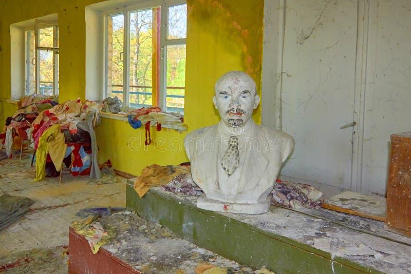 Buste de Lénine dans un camp pionnier abandonné de pièce L'Ukraine, été 2018 photo stock