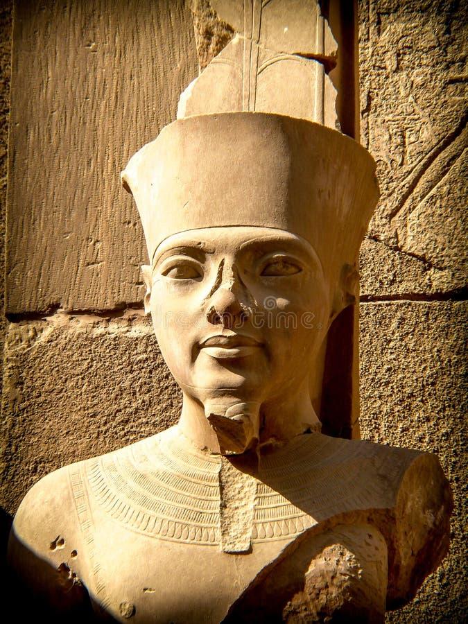 Buste de pharaon Tutankhamun dans le temple de Karnak (Louxor, Egypte) photos stock