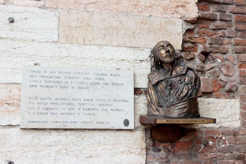 Buste de William Shakespeare et des mots de Romeo et de Juliet image libre de droits
