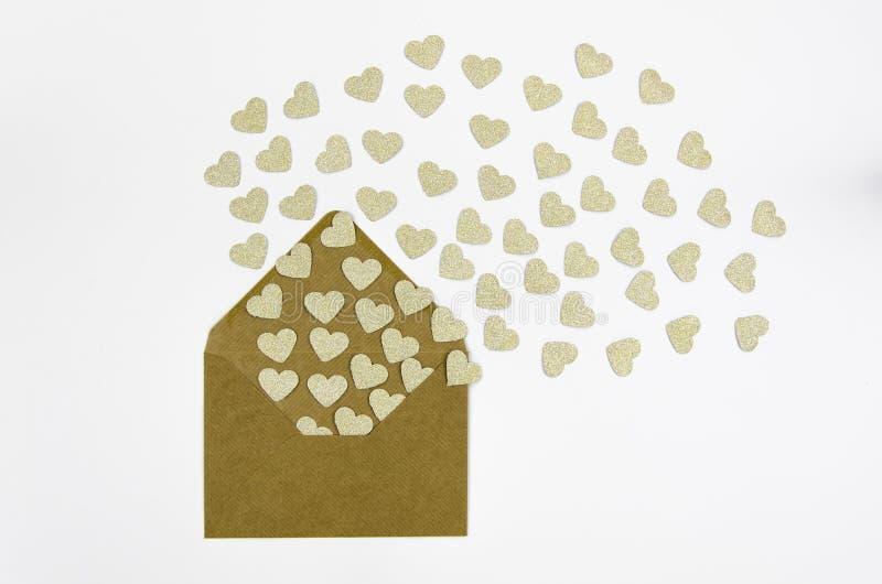 Buste della cartolina d'auguri di Valentine Day con cuore I cuori dorati versa dalla busta isolata su bianco I cuori volano fotografia stock libera da diritti