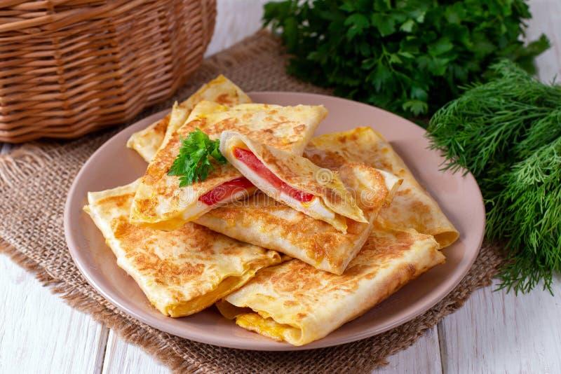 Buste di Lavash con formaggio ed i pomodori su un piatto immagini stock
