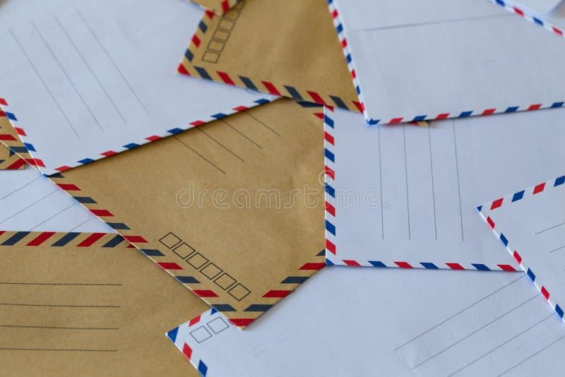 Buste eleganti senza indirizzo La nozione di lettere, pacchi e corrispondenza fotografia stock libera da diritti