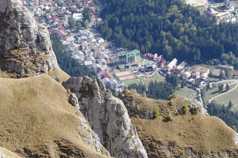 Busteni从Bucegi山的市视图,罗马尼亚 库存图片