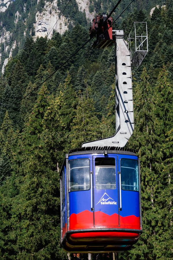 BUSTENI, ROUMANIE - 2 AOÛT 2017 : La cabine bleue de funiculaire transporte des touristes de station de vacances de Busteni jusqu images libres de droits