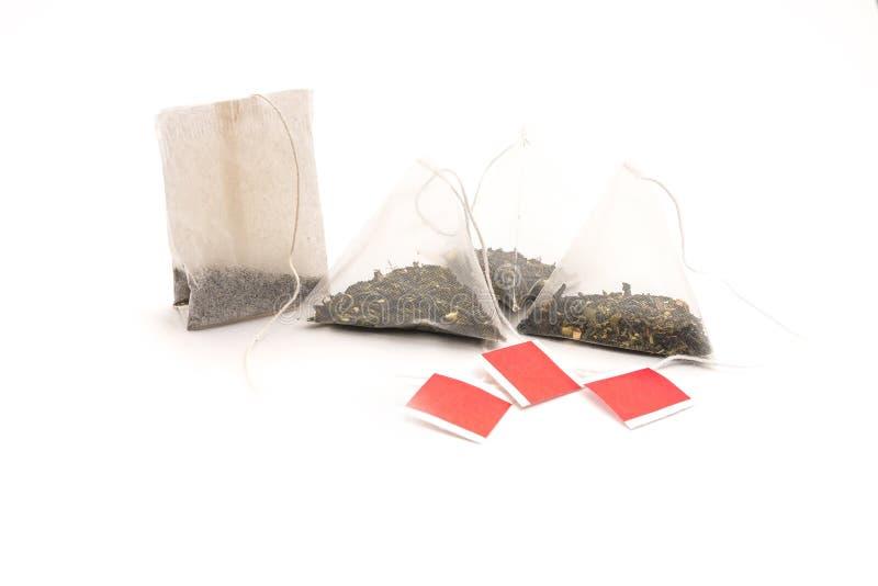 Bustina e piramide di tè isolate su fondo bianco fotografia stock libera da diritti