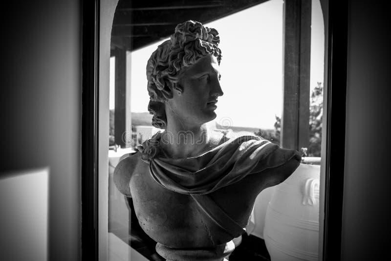 Busto antiguo en el hotel blanco y negro fotos de archivo libres de regalías