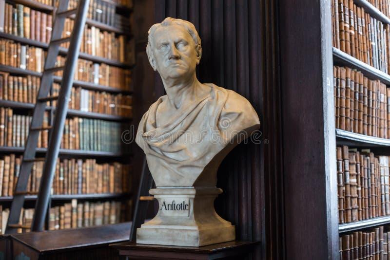 Busto de Aristotle na faculdade da trindade imagens de stock