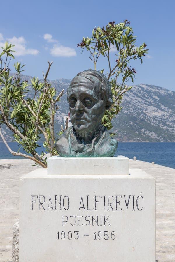 Busto de Frano Alfirevich en la isla de Gospa od Skrpela en el golfo de Boko-Kotorsky imagen de archivo