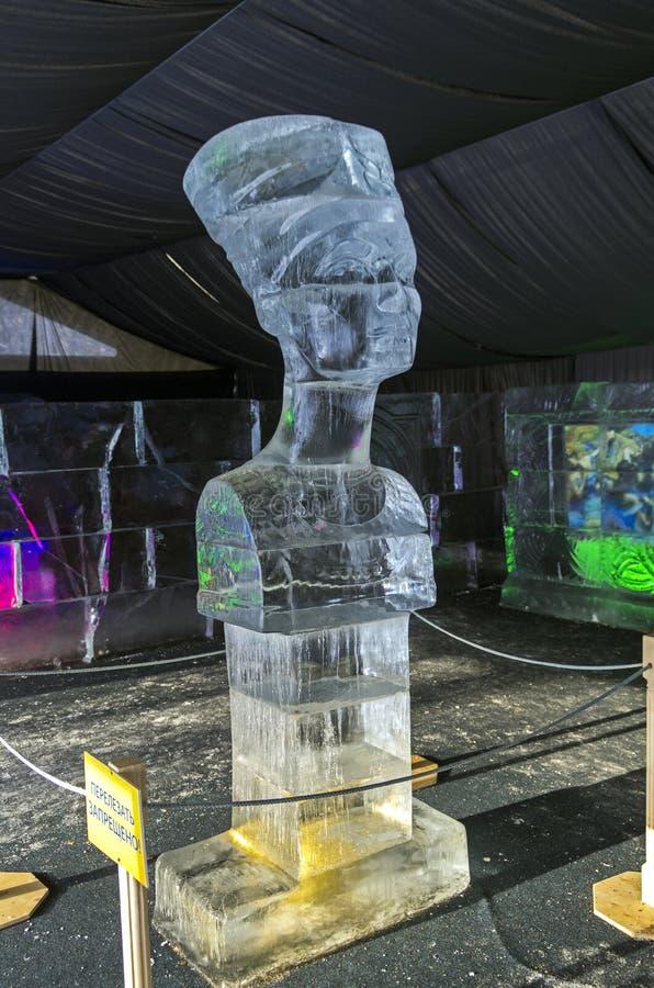 Busto de la reina Nefertiti en la exposición de las esculturas de hielo foto de archivo