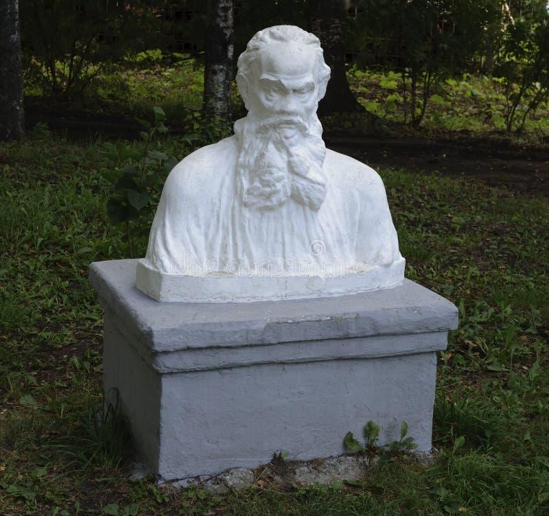 Busto de Leo Tolstoy en parque imagen de archivo