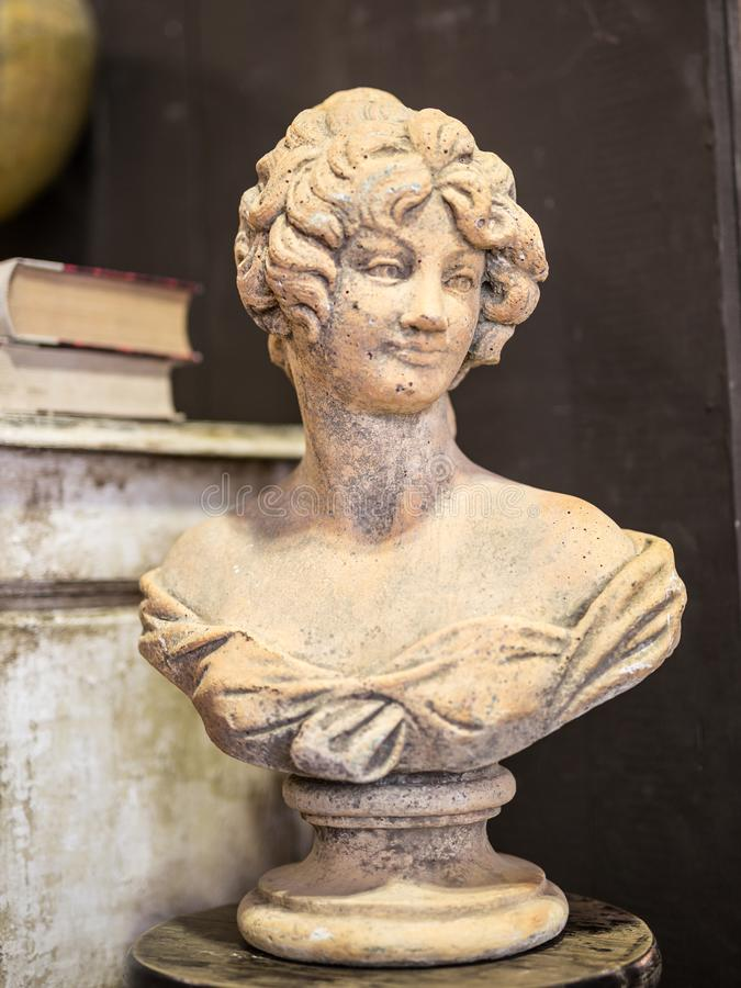 Busto de uma mulher, estátua antiga do emplastro foto de stock