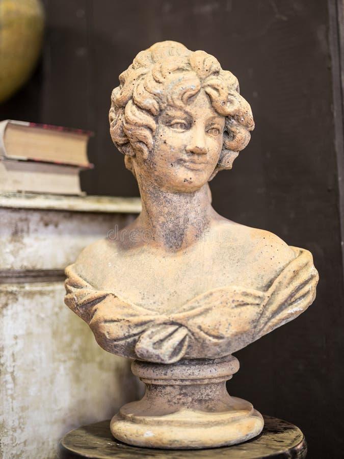 Busto de una mujer, estatua antigua del yeso foto de archivo