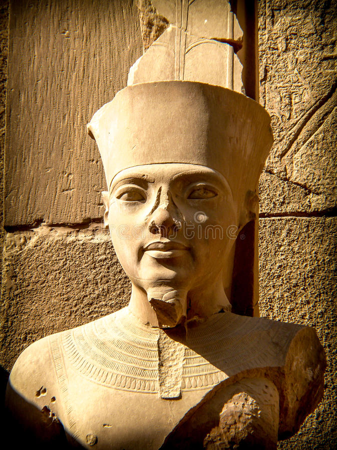 Busto del faraone Tutankhamon in tempio di Karnak (Luxor, Egitto) fotografie stock