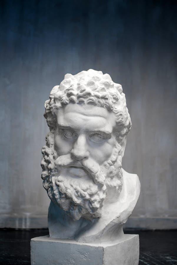 Busto del Farnese Hércules Escultura de la cabeza de Heracles, copia del yeso de una estatua de mármol Hijo de Zeus, el griego cl imagenes de archivo
