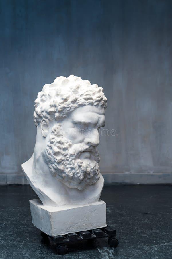 Busto del Farnese Hércules Escultura de la cabeza de Heracles, copia del yeso de una estatua de mármol Hijo de Zeus, el griego cl foto de archivo libre de regalías