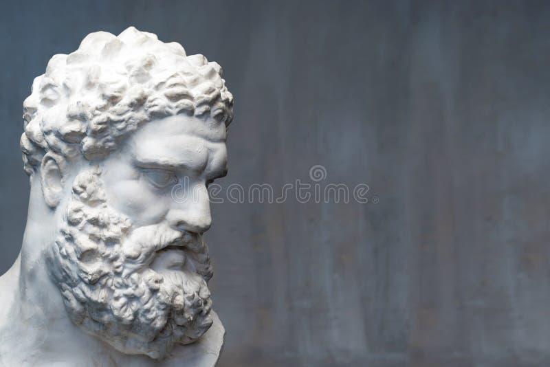 Busto del Farnese Hércules Escultura de la cabeza de Heracles, copia del yeso de una estatua de mármol Hijo de Zeus, el griego cl foto de archivo
