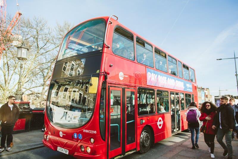 Busto del tránsito de la torre al autobús blanco de Londres del piso del autobús de dos pisos de la ciudad fotos de archivo