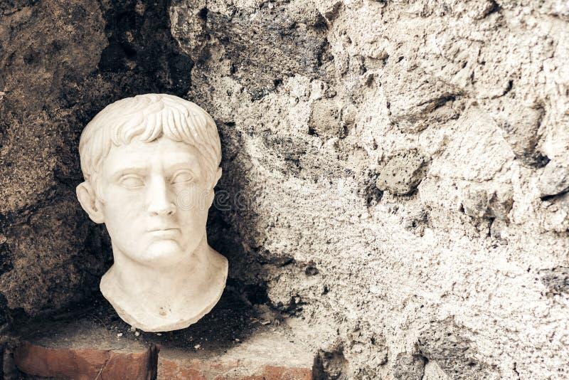 Busto di Octavian August, frammento di una statua in un museo Castello Normanno Museo Civico in castello Acicastello in Acitrezza fotografia stock libera da diritti