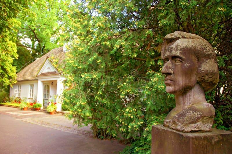 Busto do arenito de Frederic Chopin por Stanislaw Sikora no museu de Chopin em Zelazowa Wola, Mazovia, Polônia imagens de stock