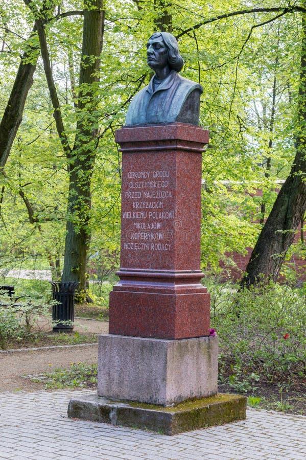 Busto do astrônomo famoso Nicolaus Copernicus em Olsztyn foto de stock