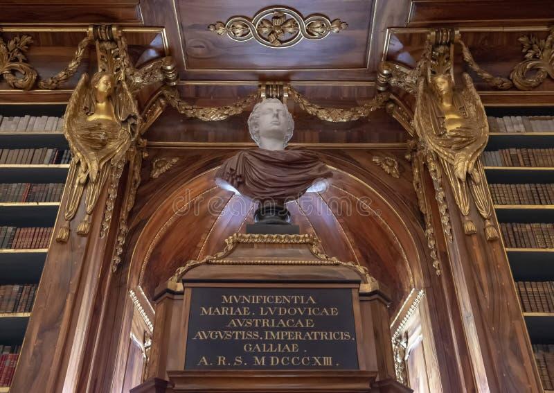 Busto e vista parcial das estantes no Salão filosófico, biblioteca de monastério de Strahov, Praque fotos de stock