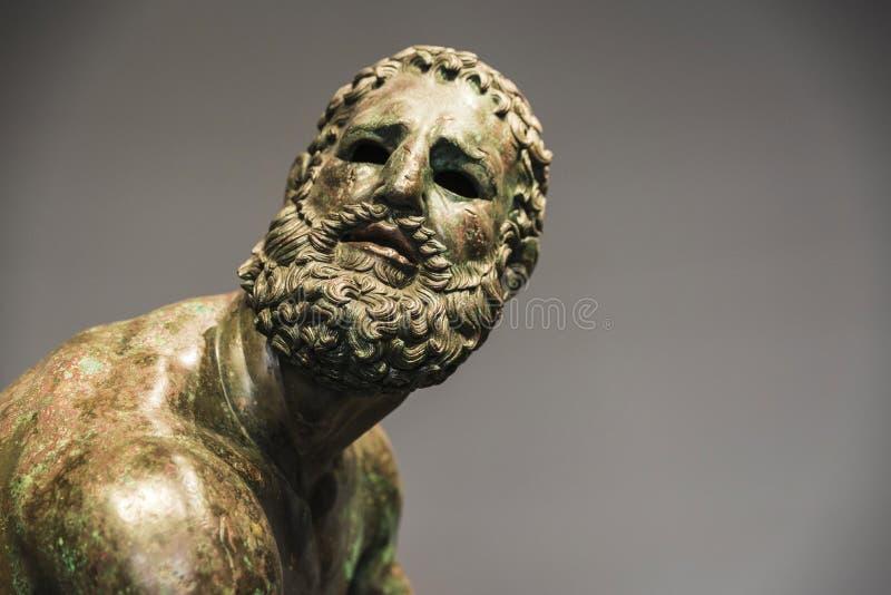 Busto o statua romano fatta con bronzo di un viso umano immagini stock libere da diritti