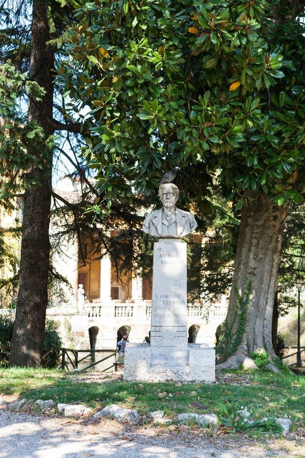 Busto in parco pubblico urbano Giardini Salvi fotografie stock libere da diritti