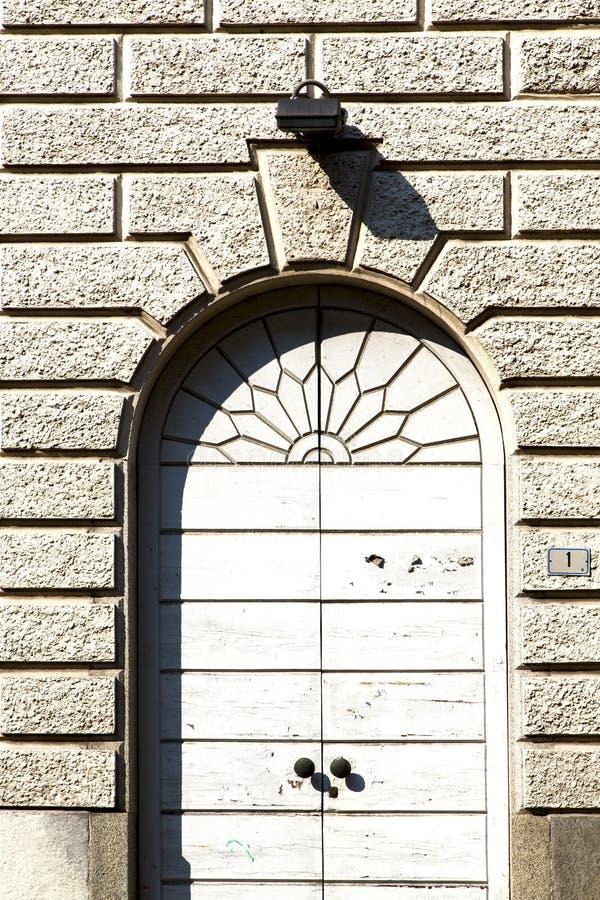 bustoarsizioabstrakt begrepp rostigt D Italien lombardy royaltyfria foton