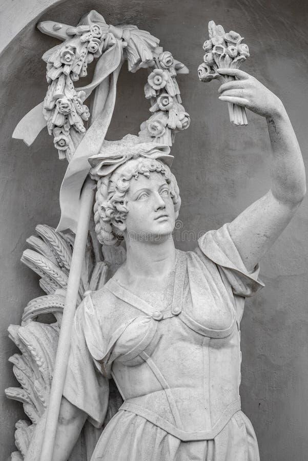 Статуя чувственной busty и тучной женщины эры ренессанса в circlet цветков, Потсдаме, Германии, деталях, крупном плане стоковые фотографии rf