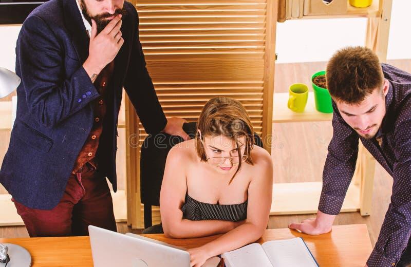 Busty-Kollege Frauen sexy attraktive Frauen mit männlichen Kollegen Sexuelle Anziehung Anregen von sexuellem Verlangen stockbilder