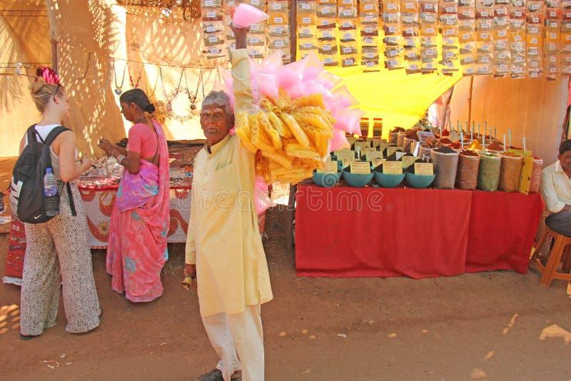 butów gabloty wystawowej ulicznego handlu ciepła zima Indiański sprzedawca uliczny jedzenie w kolorów żółtych ubraniach India, Go obrazy stock