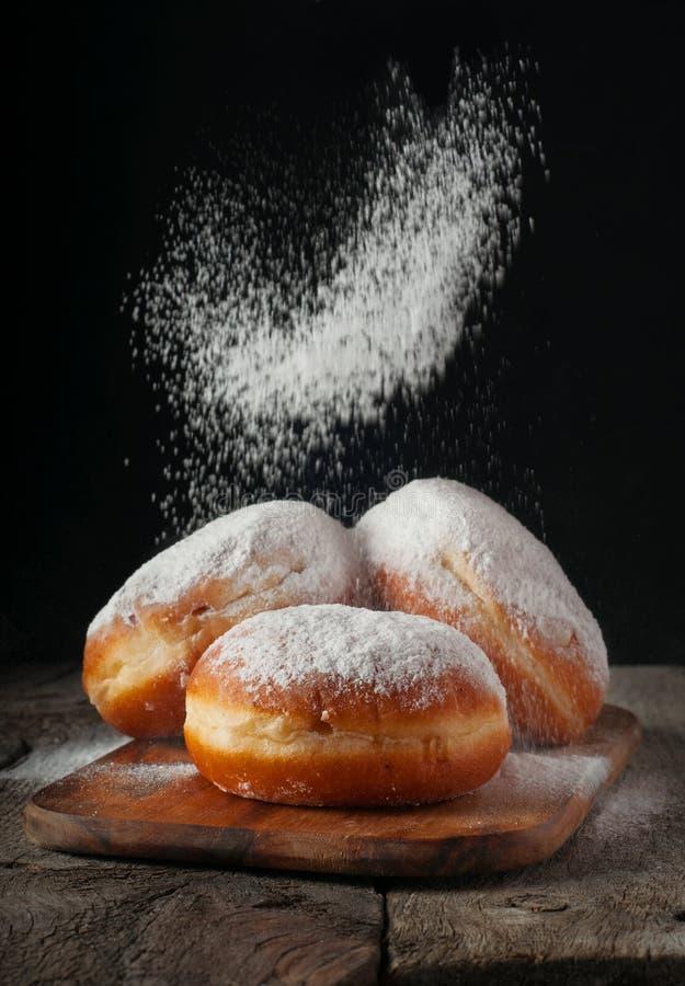 Butées toriques arrosées avec du sucre en poudre image stock