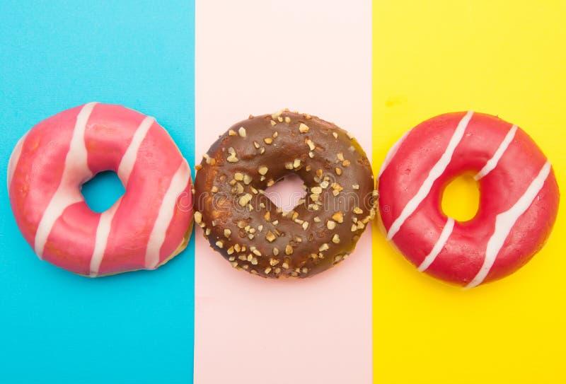 Butées toriques assorties avec du chocolat sur le fond coloré photo libre de droits