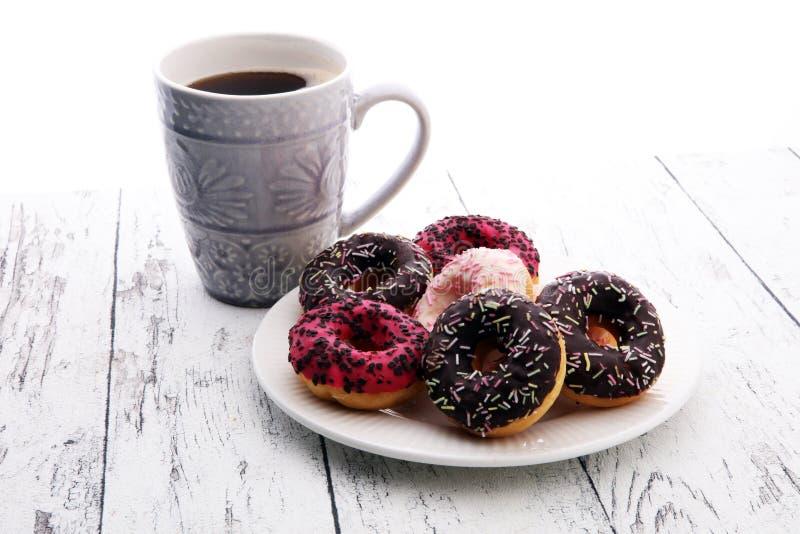 Butées toriques et café pour un petit déjeuner doux sur le fond en bois photo libre de droits