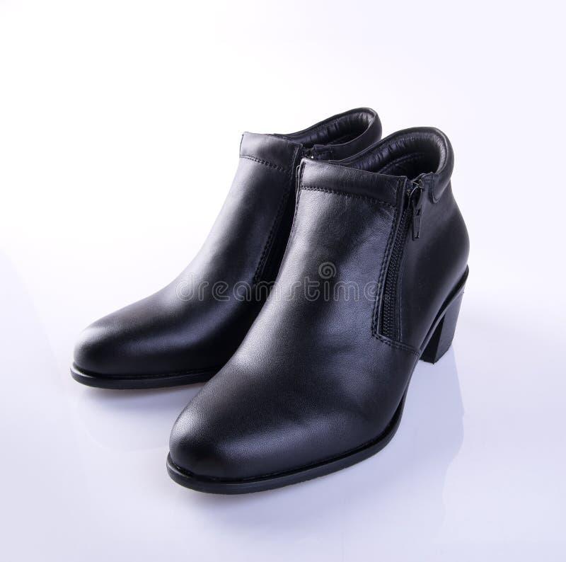 buta lub czerń koloru damy buty na tle fotografia stock