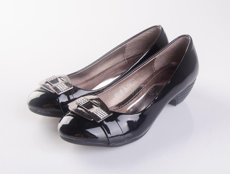 buta lub czerń koloru damy buty na tle obraz stock