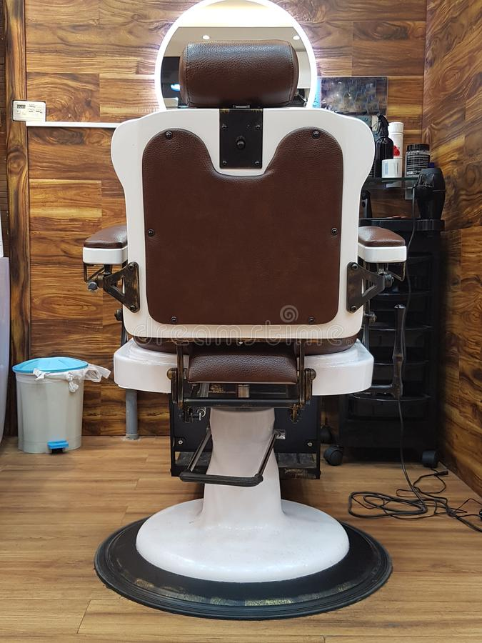 Butaca de la barbería, peluquería moderna, peluquería de caballeros para los hombres Vintage elegante Barber Chair fotografía de archivo libre de regalías