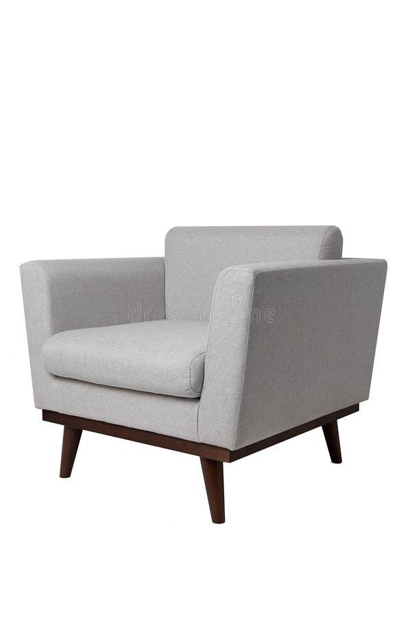 Butaca gris brillante moderna de la tela con las piernas de madera aisladas en el fondo blanco Muebles estrictos del estilo imagen de archivo