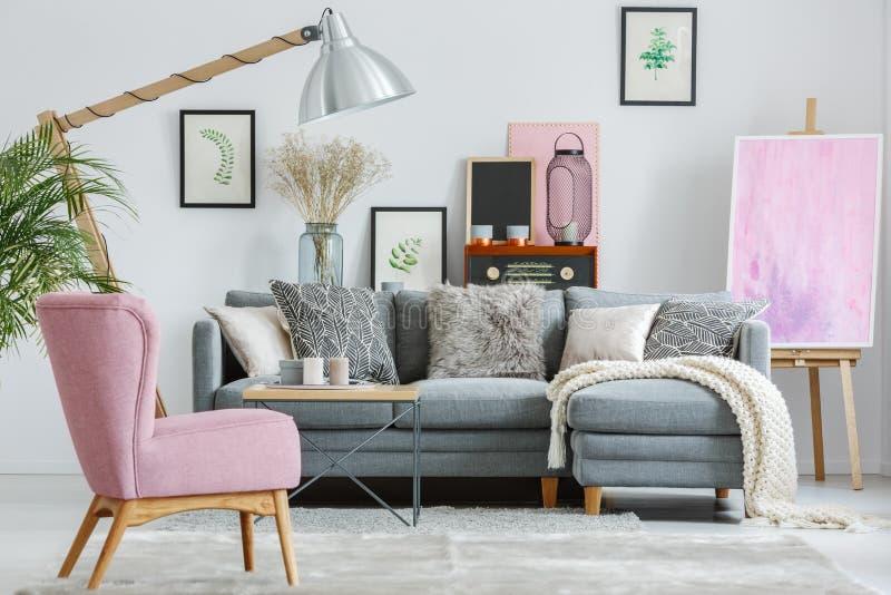 Butaca rosada en la alfombra gris imágenes de archivo libres de regalías