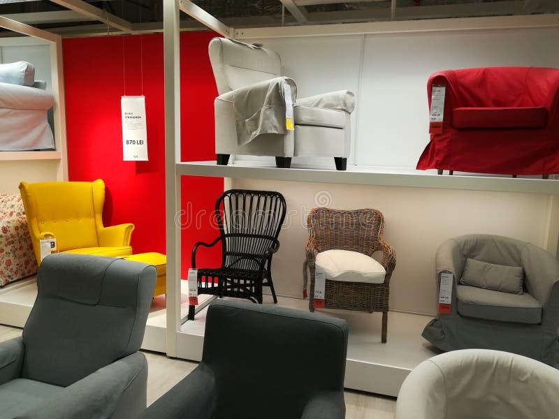 Butacas coloridas en Ikea imagenes de archivo