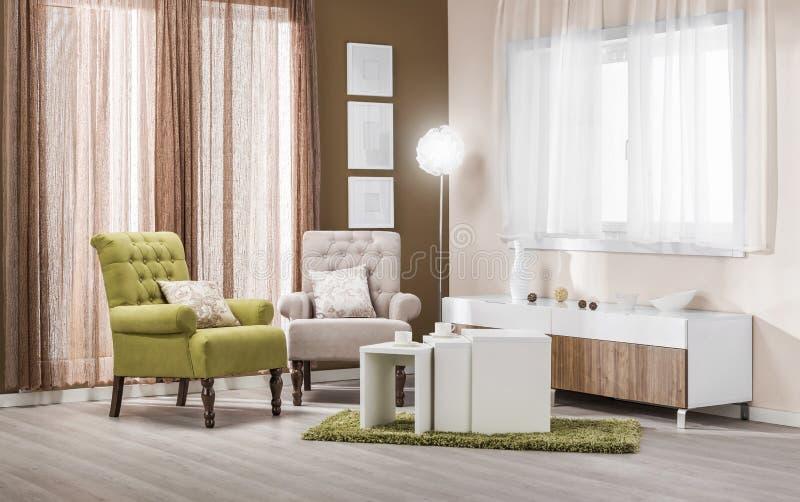 Butacas en el interior moderno - sala de estar en color imagenes de archivo
