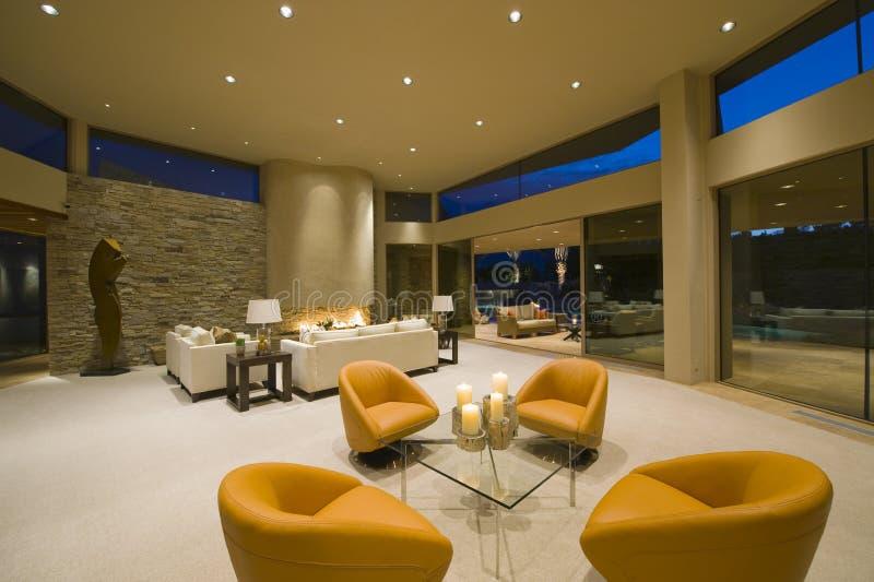 Butacas modernas en sala de estar espaciosa foto de - Butacas modernas ...